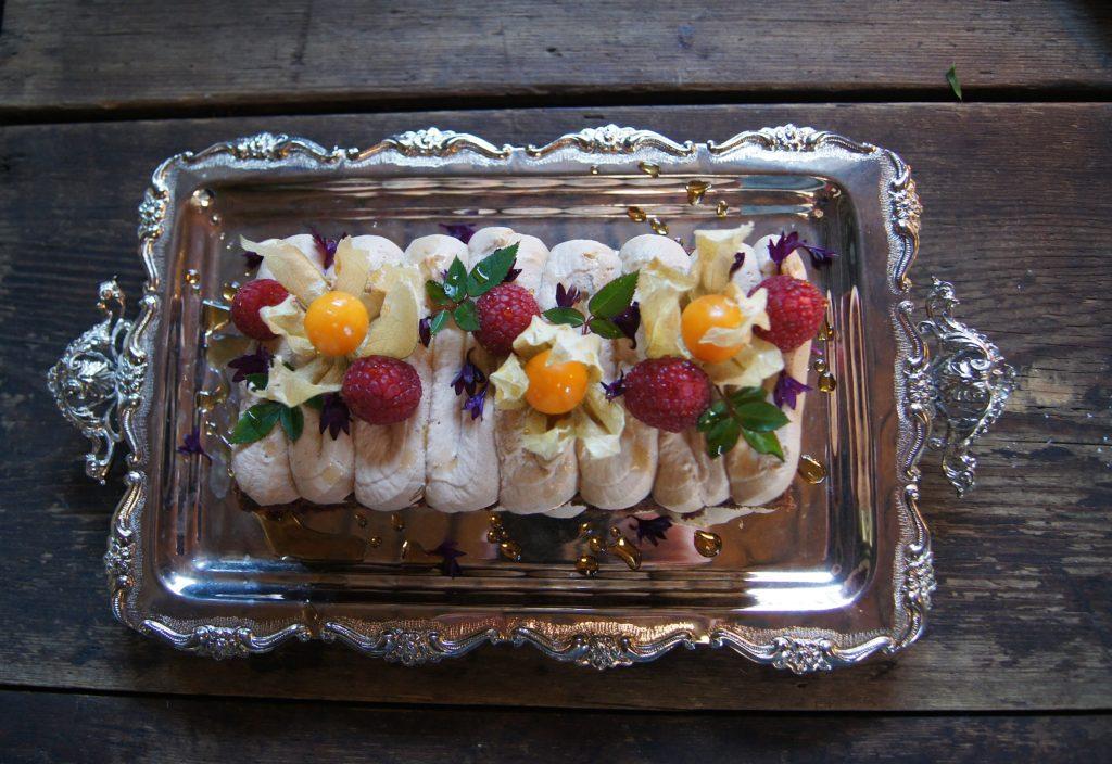 Suklaakakku koristellaan tuoreilla marjoilla, kukilla ja hedelmillä.