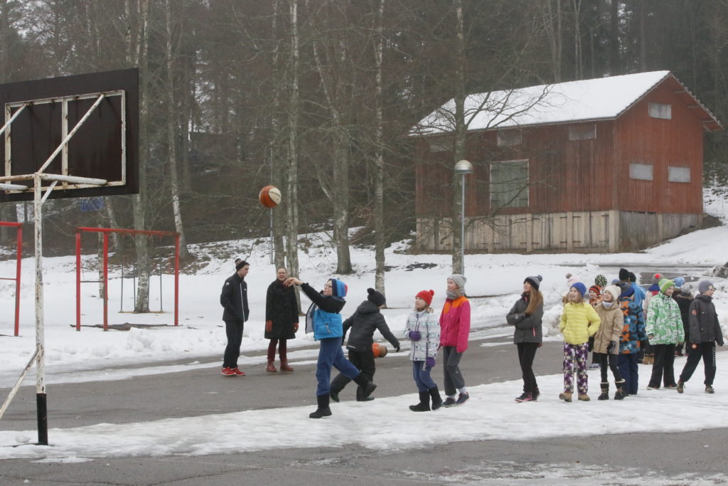 Maaliskuussa Perniön alakoululaiset tutustuivat koripallon käsittelyyn  Salon Vilppaan ja Perniön Urheilijoiden koulukiertueella, joka oli osa Liikkuva koulu -kokonaisuutta.